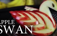 Ako vyrobiť dekoratívnu a jedlú labuť z jabĺk